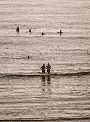 THEMENBILD - Touristen im Mittelmeer an einem heissen Sommertag, aufgenommen am 17. August 2018 in Larnaka, Zypern // Tourists in the Mediterranean Sea on a hot summer Day, Larnaca, Cyprus on 2018/08/17. EXPA Pictures © 2018, PhotoCredit: EXPA/ JFK