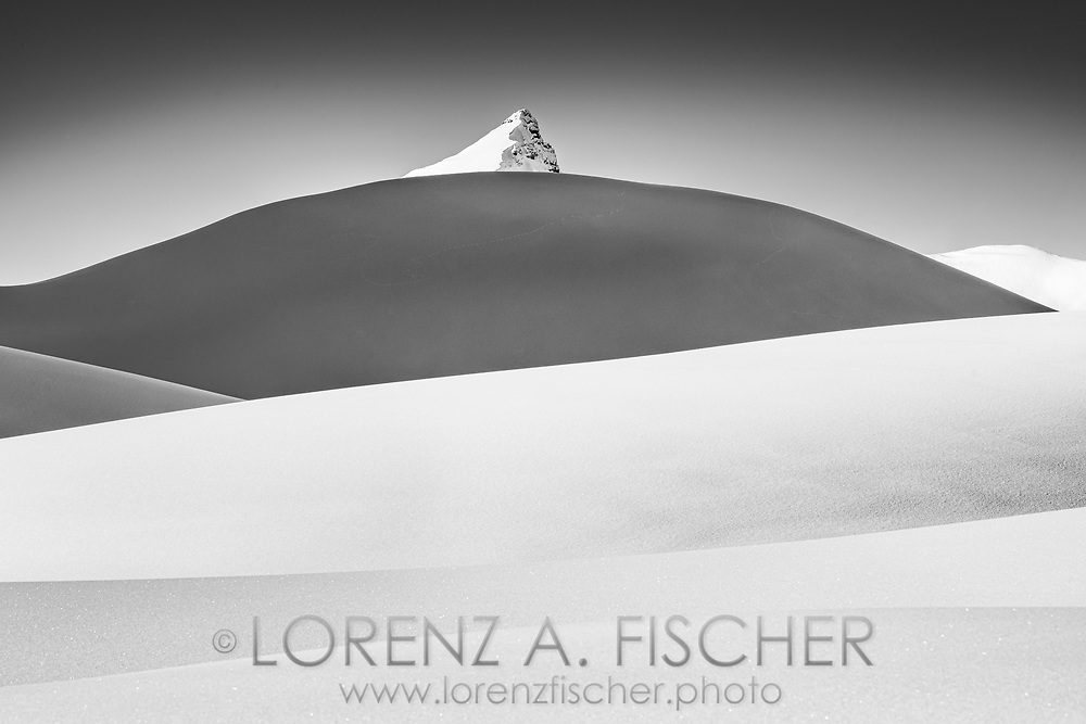 Der tief verschneite Seestock erhebt sich über einer Reihe von Hügelkämmen, Bisistal, Kanton Schwyz, Schweiz / <br /> <br /> The snow-covered sea stock rises above a series of ridges, Bisistal, Canton Schwyz, Switzerland