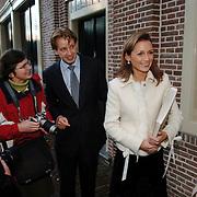 NLD/Apeldoorn/20051216 - Prinses Margriet en schoondochters bezoeken tentoonstelling Bruiden van Het Loo, prins Floris en partner Aimee Söhngen, laten een boek zien
