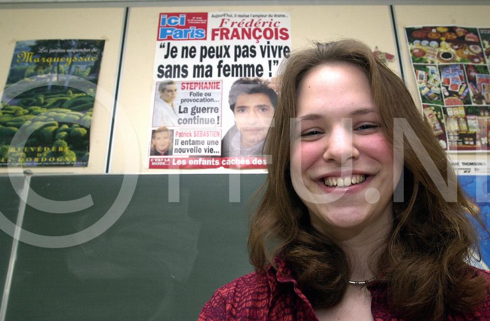 fotografie frank uijlenbroek©2001 maurice blok.010427 raalte ned.fu010427_36.anita hey heeft een opstelprijs gewonnen die ze in het frns schreef..