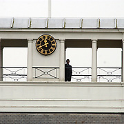 Overbrengen lichaam van overleden prins Bernhard van paleis Soestdijk, personeel klaar om de vlag met rouwwimpel te hijsen