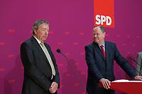 DEU, Deutschland, Germany, Berlin, 10.06.2013:<br />Bei einer Pressekonferenz im Willy-Brandt-Haus stellt Kanzlerkandidat Peer Steinbrück (R) (SPD) Rolf Kleine (L) als seinen neuen Sprecher vor.