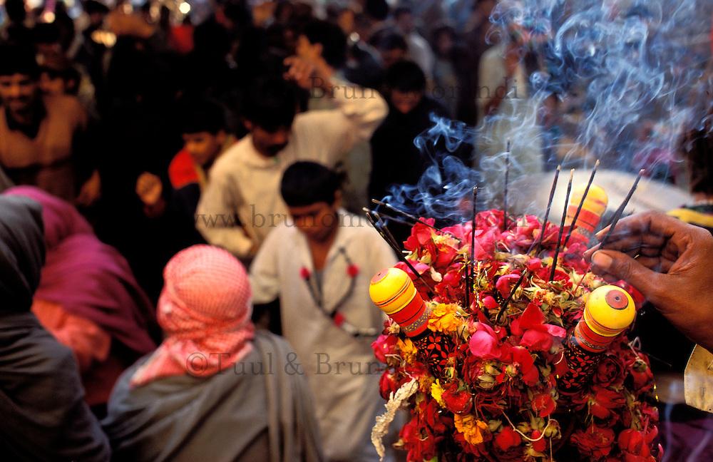 Pakistan - La fête des soufis - Province du Sind - Sehwan e Sharif - Tombe du saint soufi Lal Shabaz Qalandar - Fête de l'anniversaire de sa mort (Urs) - L'Islam des soufis a des reminiscences d'Hindouisme, ici un homme fait brulé de l'encens // Pakistan, Sind province, Sehwan e Sharif, Sufi saint Lal Shabaz Qalandar shrine, annual Urs festival