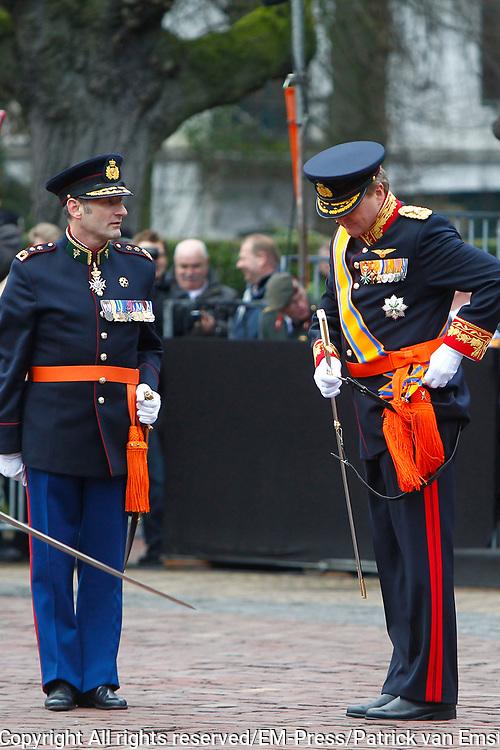 In Den Haag, op Plein 1813 vindt een vaandelgroet plaats van de Koninklijke Landmacht aan Koning Willem-Alexander. De vaandelgroet is tevens de aftrap van het 200-jarig jubileum van de Koninklijke Landmacht. <br /> <br /> In The Hague, on Plein 1813 a banner greeting takes place from the Royal Army of King Willem-Alexander. The standard greeting is also the kickoff of the 200th anniversary of the Royal Army.<br /> <br /> Op de foto / On the Photo:  Koning Willem-Alexander krijgt van luitenant-generaal Mart de Kruif een sabel aangeboden<br /> <br /> King Willem-Alexander gets from Lieutenant General Mart de Kruif a saber offered
