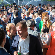 NLD/Amsterdam/20180613 - Hilton Haringparty 2018, gasten in de tuin van het Hilton hotel
