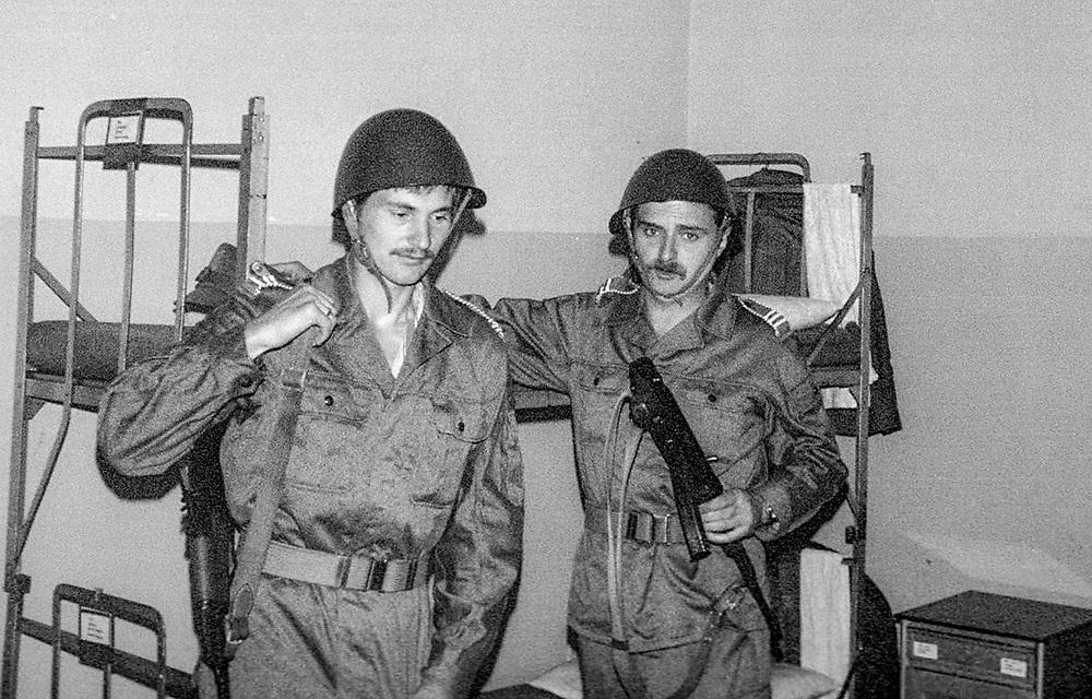 1978-lipiec-sierpień, Otwock - Orzysz. Szkoła Oficerów Rezerwy (SOR) obowiązkowe szkolenie wojskowe absolwentów wyższych uczelni cywilnych. Nz. Pochorążowie w żołnierskiej izbie po zajęciach szkoleniowych.