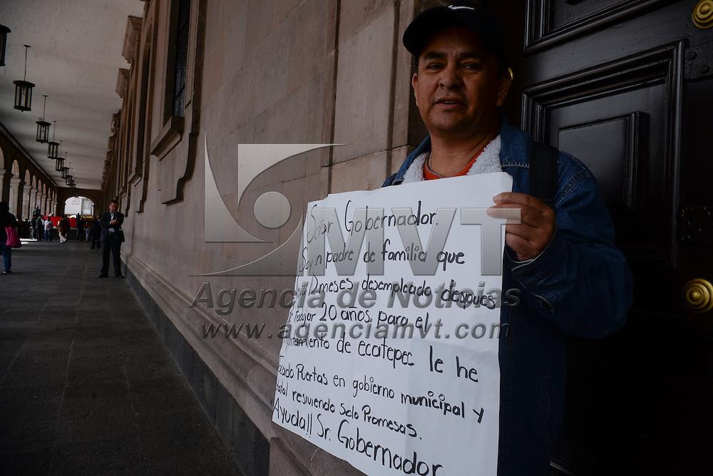 Toluca, México.- Roberto Miller Fuentes lleva varias semanas acudiendo a Palacio de Gobierno para pedir ayuda al gobernador mexiquense, ya que hace 11 meses fue despedido después de haber servido  por 20 años en la policía municipal de Ecatepec, y hasta el momento no se la dado ninguna indemnización. Agencia MVT / Crisanta Espinosa