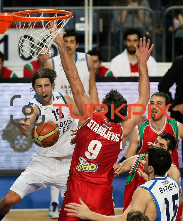 Anadolu Efes's Sasha Vujacıc (L) during their Turkish Basketball League match Anadolu Efes between Pinar Karsiyaka at Arena in Istanbul, Turkey, Saturday, November 26, 2011. Photo by TURKPIX