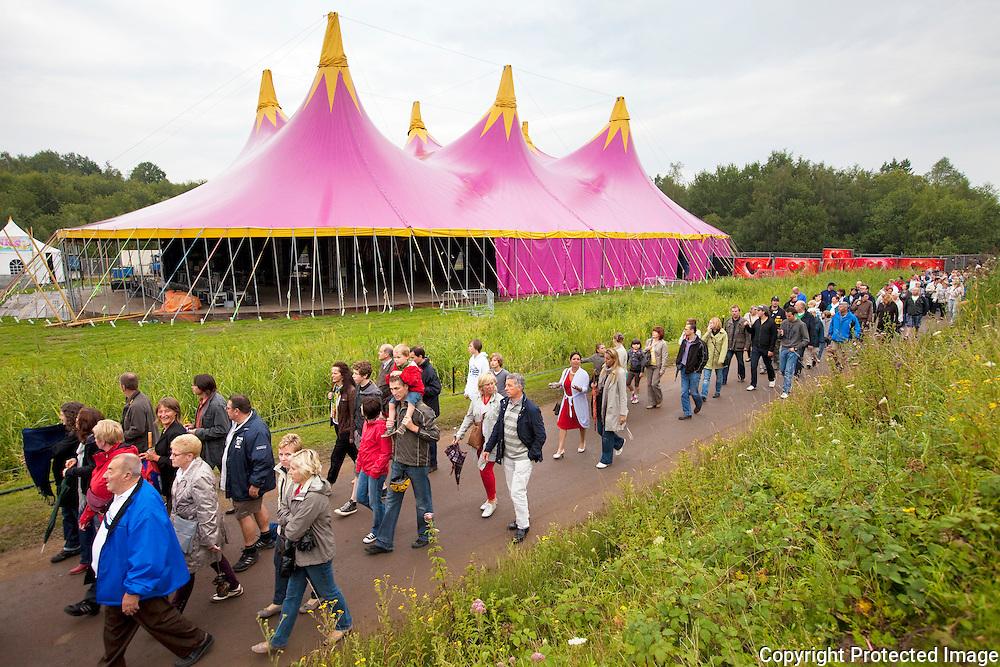 359303-Bewoners Boom krijgen rondleiding op de festivalsite van Tomorrowland-De Schorre Boom