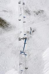 """THEMENBILD - Luftbild Sessellift Blauspitz I im Grossglocknerresort Kals Matrei. Sturmtief """"Ulla"""" sorgt für Neuschnee und kalte Temperaturen. Kals am Großglockner, Österreich am Donnerstag, 8. April 2021 // Aerial view chairlift Blauspitz I in Grossglocknerresort Kals Matrei. Storm low """"Ulla"""" provides fresh snow and cold temperatures. Thursday, April 8, 2021 in Kals, Austria. EXPA Pictures © 2021, PhotoCredit: EXPA/ Johann Groder"""