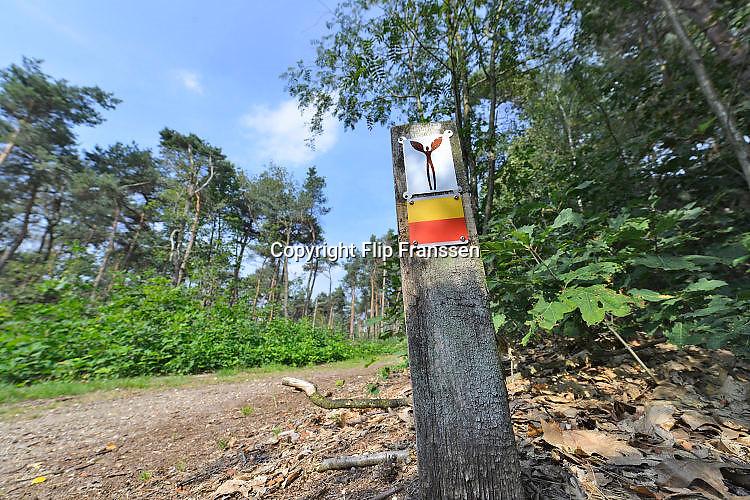 Nederland, Mook, 28-8-2017Natuurgebied De Mookerheide.Ook bekend om de historische Slag op de Mookerheide op 14 april 1574. De Mookerhei is een natuurgebied ten oosten van Mook in de provincie Limburg. Zij ligt op een uitloper van de Nijmeegse stuwwal. In het zuidelijke deel groeit struikheide die in augustus prachtig bloeit. Dit gebied is onderdeel van de wandelroute, pelgrimsroute, walk of wisdom door het rijk van Nijmegen. De engelachtige figuur is het logo, beeldmerk,symbool, van de route.Foto: Flip Franssen