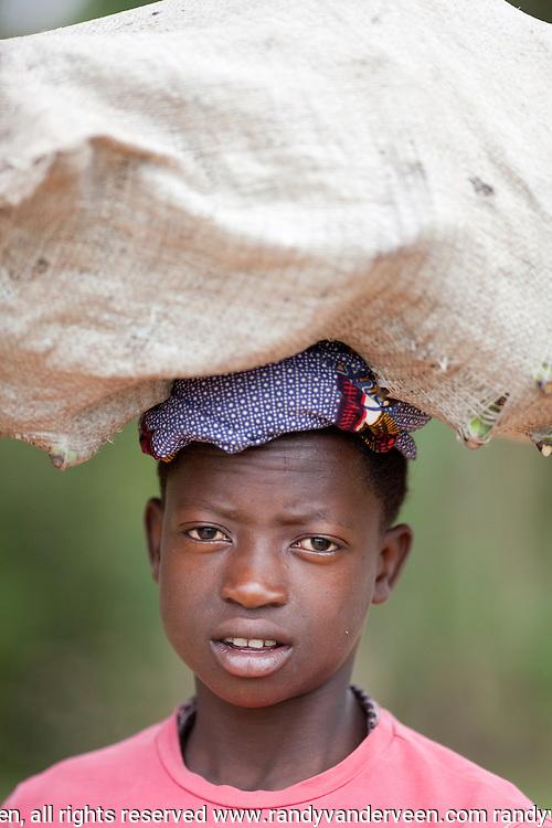 Photo Randy Vanderveen.Rwanda.A Rwandan girl transports bananas on her head.