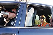 de vijfde racedag. In Battle Mountain (Nevada) wordt ieder jaar de World Human Powered Speed Challenge gehouden. Tijdens deze wedstrijd wordt geprobeerd zo hard mogelijk te fietsen op pure menskracht. Ze halen snelheden tot 133 km/h. De deelnemers bestaan zowel uit teams van universiteiten als uit hobbyisten. Met de gestroomlijnde fietsen willen ze laten zien wat mogelijk is met menskracht. De speciale ligfietsen kunnen gezien worden als de Formule 1 van het fietsen. De kennis die wordt opgedaan wordt ook gebruikt om duurzaam vervoer verder te ontwikkelen.<br /> <br /> the fifth racing day. In Battle Mountain (Nevada) each year the World Human Powered Speed Challenge is held. During this race they try to ride on pure manpower as hard as possible. Speeds up to 133 km/h are reached. The participants consist of both teams from universities and from hobbyists. With the sleek bikes they want to show what is possible with human power. The special recumbent bicycles can be seen as the Formula 1 of the bicycle. The knowledge gained is also used to develop sustainable transport.