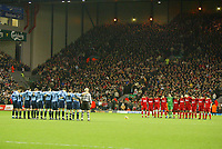 Fotball<br /> Premier League 2004/05<br /> Liverpool v Southampton<br /> 28. desember 2004<br /> Foto: Digitalsport<br /> NORWAY ONLY<br /> The Liverpool and Southampton teams line up for a mintes silence before the game in memory of the victims of the Asian tsunami tragedy