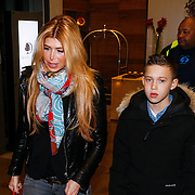 CRO/Zagreb/20130314- K1 WGP Final Zagreb, Badr Hari en Estelle Cruijff gaan hapje eten met familie en vrienden, Estelle Cruijff met zoontje Joelle Gullit