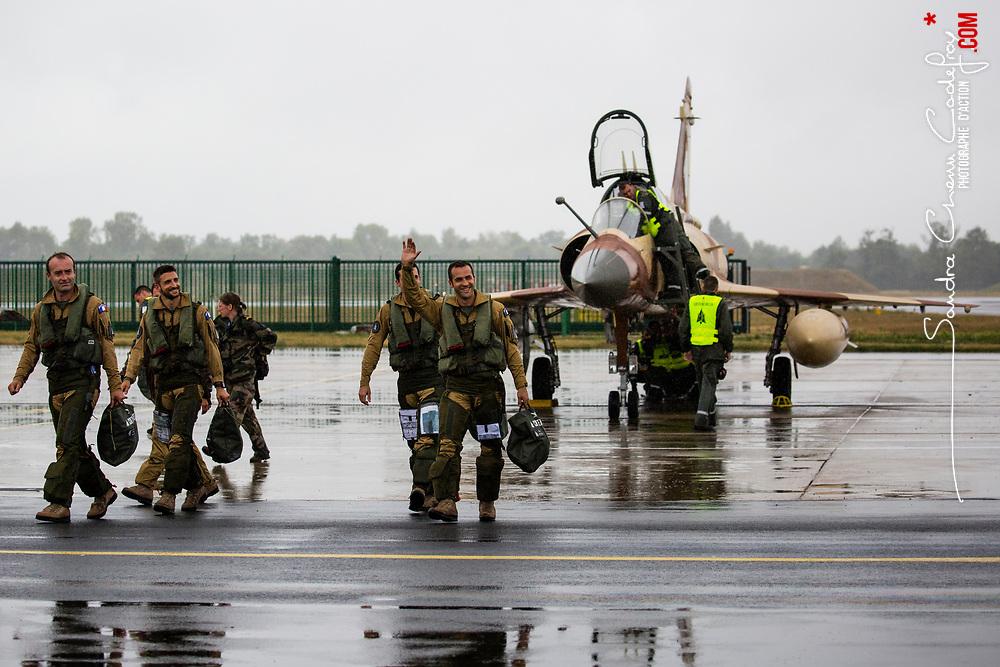 Démonstration tactique des Mirages 2000D du Couteau Delta Tactical Display de la 3ème Escadre de chasse de l'Armée de l'Air lors du meeting de l'Air de la Base Aériene 113 de Saint Dizier. <br /> Décollage, démonstrations en vol, retour au sol, salut des pilotes et entretien des mirages par les mécanos.<br /> Juillet 2017 / Saint Dizier (52) / FRANCE<br /> Voir le reportage complet (37 photos) http://sandrachenugodefroy.photoshelter.com/gallery/2017-07-Couteau-Delta-Tactical-Display-au-meeting-de-lAir/G0000ocJ5F0RiMTE/C0000yuz5WpdBLSQ