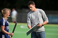 AMSTELVEEN - HOCKEY - Pinoke coach Maarten Stenvers  met Dana Luijkx (l) tijdens de eerste competitiewedstrijd van het nieuwe seizoen tussen de vrouwen van Pinoke en Bloemendaal. COPYRIGHT KOEN SUYK