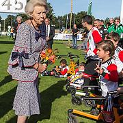 NLD/'T Harde/20190914 -  Beatrix bij campagnedag Zwaluwen Jeugd Actie, Prinses Beatrix bedankt de gehandicapte sporters