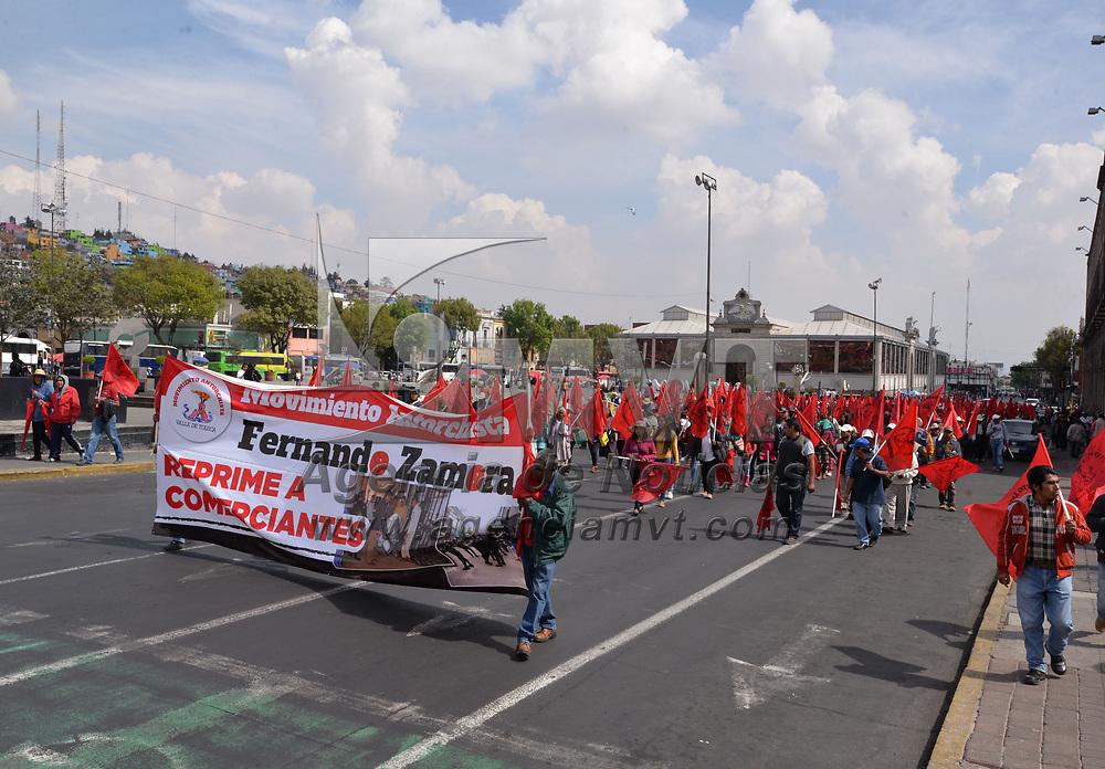 TOLUCA, México.- (Enero 24, 2018).- Antorchistas marcharon en las calles de la Ciudad de Toluca exigiendo a Fernando Zamora Morales, presidente municipal de Toluca, cumpla con la minuta de trabajo firmada en el 2016. Agencia MVT / Crisanta Espinosa.