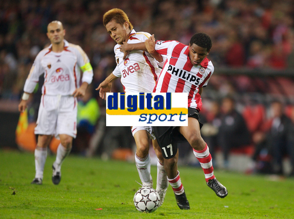 Fotball<br /> Champions League<br /> 31.10.2006<br /> PSV Eindhoven v Galatasaray<br /> Foto: Witters/Digitalsport<br /> NORWAY ONLY<br /> <br /> Jefferson Farfan (Eindhoven, re.) gegen Junichi Inamoto (Galatasaray)