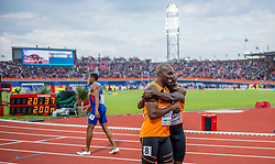 08-07-2016 NED: European Athletics Championships day 3, Amsterdam<br /> Geen goud voor Churandy Martina op de 200 meter, want de sprinter wordt gediskwalificeerd. Solomon Bockarie eindigt als vijfde en feliciteerde Martina meteen na afloop