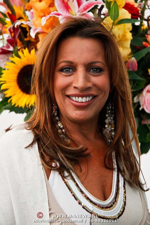 NLD/Amsterdam/20100716 - Inloop modeshow Monique de Collignon bij de AIF, Esther Oosterbeek