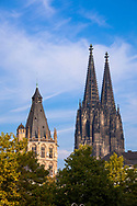 Europa, Deutschland, Koeln, Rathausturm in der Altstadt und der Dom<br /> <br /> Europe, Germany, Cologne, the tower of the historical town hall in the old part of the town and the cathedral.