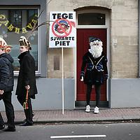 Nederland, Valkenburg a/d Geul, 8 februari 2016.<br /> <br /> Wegens extreme omstandigheden is de grote optocht in Valkenburg afgelast.<br /> Als alternatief heeft een kleine groep carnavalvierders een kleine optocht georganiseerd van zo'n 25 man waarmee ze door de straten van Valkenburg trokken.<br /> Op de foto: een politieke uiting tegen Zwarte Piet, maakte onderdeel uit van de ministoet.<br /> <br /> Foto: Jean-Pierre Jans