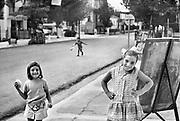 Griekenland, Agia Trias, 24-9-1973.Drie kinderen, meisjes en een jongetje, spelen op straat in dit dorp bij Thessaloniki.Het is ten tijde van het kolonelsregime, 1967- 1973, en er komen weinig toeristen naar Griekenland.Foto: Flip Franssen/Hollandse Hoogte