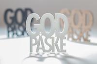 Typografisk påskehilsen med trippel «God påske»-tekst i kombinasjon med forskjellige skygge-effekter.