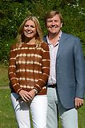 Koninklijke fotosessie 2012 in Wassenaar.<br /> <br /> Op de foto:  Prins Willem-Alexander en prinses Máxima
