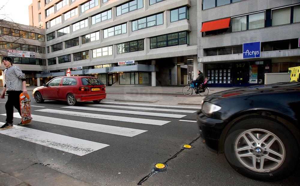 Nederland Rotterdam, 10 februari 2008 20080210 Foto David Rozing ..Na een aantal ernstige ongevallen op zebrapaden is uit verschillende praktijksituaties gebleken dat automobilisten de voetgangers niet hadden waargenomen. De slechte verlichting rondom en nabij de oversteekplaatsen werden gezien als mede oorzaak. Alert Zebra bestaat uit in het wegdek aangebrachte LED verlichting. Deze LED lampjes gaan branden wanneer een voetganger wil oversteken. Hiermee wordt de veiligheid op Rotterdamse zebrapaden vergroot...donderdag 7 februari om 17.30 uur de eerste Alert Zebra in Nederland in gebruik. Dit vindt plaats op de Westblaak, ter hoogte van het skatepark. Alert Zebra bestaat uit in het wegdek aangebrachte LED verlichting die gaan branden zodra een voetganger wil oversteken..?.De LED verlichting zit op twee meter voor het zebrapad in het wegdek. Het wordt geactiveerd door sensoren wanneer voetgangers het zebrapad naderen. De oplichtende lampen maken de automobilisten alert op de overstekende voetganger. In totaal worden twee zebrapaden op de Westblaak uitgerust met de Alert Zebra..De proef met de Alert Zebra duurt een jaar en maakt onderdeel uit van een pakket maatregelen die de verkeersveiligheid, en het bijzonder de veiligheid rond zebrapaden, in Rotterdam moet verbeteren. Ook de in 2007 op vijf zebrapaden gevoerde actie Stop voor de Zebra krijgt in 2008 een vervolg. Stop voor de Zebrais een actie waarbij automobilisten en voetgangers bewust worden gemaakt van hun gedrag op het zebrapad..Alert Zebra is, in opdracht van de gemeente Rotterdam, ontwikkeld door D.D. Creative Consultants B.V. en Anpa Training...foto: David Rozing