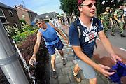 Nederland, Nijmegen, 20-7-2010Op de Wedren startten om 3 uur de eerste lopers van de 4daagse. Op de Oosterhoutsedijk waren extra waterpunten ingericht. Ook lagen er bloemen op de plek waar in 2006 een slachtoffer viel.Foto: Flip Franssen/Hollandse Hoogte