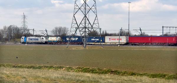 Nederland, Andelst, 7-3-2018 Een goederentrein rijdt over de betuweroute. De locomotief rijdt op stroom, elektriciteit .Foto: Flip Franssen
