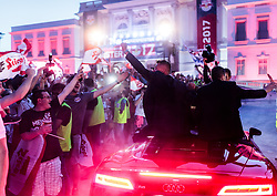 28.05.2017, Schloss Klessheim, Salzburg, AUT, 1.FBL, FC Red Bull Salzburg Meisterfeier, im Bild Trainer Oscar Garcia (FC Red Bull Salzburg), Alexander Walke (FC Red Bull Salzburg) wird von den Fans mit bengalischen Fackeln empfangen // during the Austrian Football Bundesliga Championsship Celebration at the Schloss Klessheim, Salzburg, Austria on 2017/05/28. EXPA Pictures © 2017, PhotoCredit: EXPA/ JFK