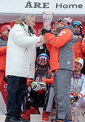 18.03.2018, Aare, SWE, FIS Weltcup Ski Alpin, Finale, Aare, Gesamt Nationencup, Siegerehrung, im Bild Team Österreich, (AUT, Gesamt Nationencup, Nationencup Herren und Nationencup Damen 1. Platz), v.l. Gian Franco Kasper (FIS Präsident) übergibt an Prof. Peter Schröcksnadel (ÖSV Präsident) den Pokal für den Nationencup // winner of overall Nation cup men's nation cup and ladi's nation cup Austria f.l. Gian Franco Kasper president of the International Ski Federation gives the trophy für the nations cup to Peter Schroecksnadel Austrian Ski Association President during the allover winner Ceremony for the Nations Worlcup of FIS Ski Alpine World Cup finals Aare, Sweden on 2018/03/18. EXPA Pictures © 2018, PhotoCredit: EXPA/ Johann Groder