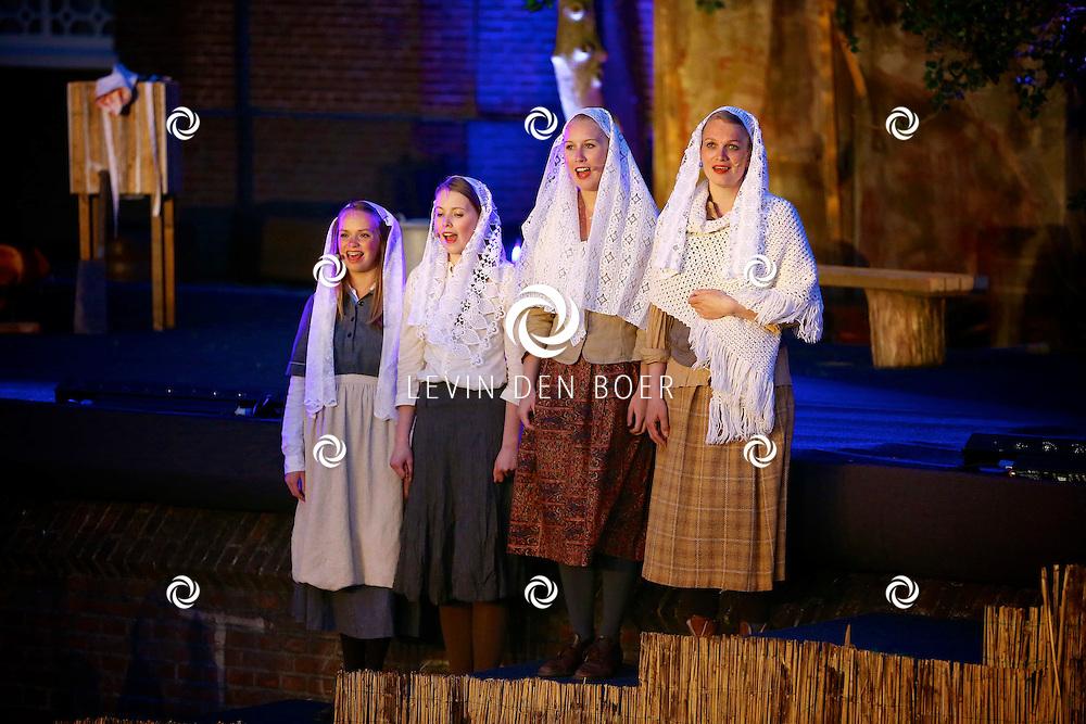 ROSSUM - Langs de Maasdijk bij de oude kerk is een openlucht musical genaamd 'Anatevka' uitgevoerd. Dit zeer bijzondere verhaal werd tot leven gebracht door velen vrijwilligers. FOTO LEVIN DEN BOER - PERSFOTO.NU