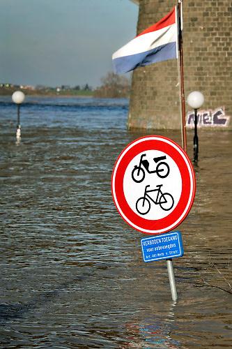Nederland, Nijmegen, 8-2-2020In Nijmegen en de aangrenzende Ooijpolder stijgt het water van de Waal gestaag tot het maximum van deze watergolf. Veel dagjesmensen en naturliefhebbers komen op het hoogwater verschijnsel af. De waalkade is vorig jaar deels verlaagd en loopt daarom sneller onder als voorheen. Hij is afgesloten voor verkeer.Foto: Flip Franssen