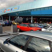 Vernieuwde Maxis Muiden bestaat 1 jaar, parkeerplaats, auto's, vol, volle