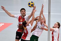 11-04-2015 NED: PKC SWKgroep - TOP Quoratio, Rotterdam<br /> Korfbal Leaguefinale in een volgepakt Ahoy / <br /> Friso Bode en Rianne Echten zitten Mabel Havelaar dwars bij de korf