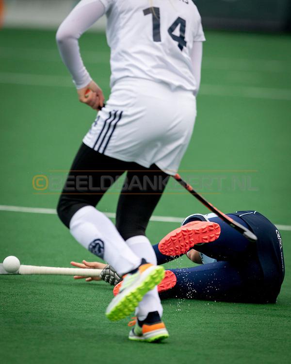 LAREN -  Hockey Hoofdklasse Dames: Laren v Pinoké, seizoen 2020-2021. Foto: Macey de Ruiter (Laren, captain) gevloerd