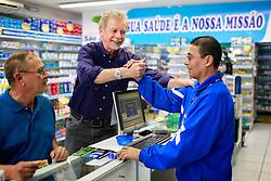 José Fortunati durante caminhada no comércio da Av. Azenha, em Porto Alegre. FOTO: Jefferson Bernardes/Preview.com