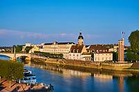 France, Saône-et-Loire (71), Chalon-sur-Saône, le pont Saint-Laurent, la Tour du Doyenné, hexagonale, du XVe siècle et le dome de l'hopital // France, Saône-et-Loire (71), Chalon-sur-Saône, Saint-Laurent bridge and Saint Laurent island