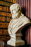 République d'Irlande, Dublin, Trinity College, Old Library (ancienne bibliothèque), buste de Platon // Republic of Ireland; Dublin, Library at Trinity College,  The Long Room, a beautiful, famous and historic old library in Ireland, bust of Plato