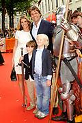 Première van de film DE BRIEF VOOR DE KONING in Pathé Buitenhof, Den Haag.<br /> <br /> Op de foto:<br /> <br />  Reinout Oerlemans met zijn vroue Danielle Oerlemans en hun zoon  Thijmen en vriendje