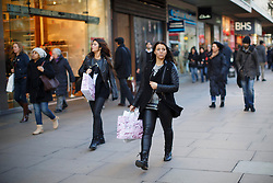 © licensed to London News Pictures. London, UK 19/12/2013. Christmas shoppers fill Oxford Street in London on Thursday, 19 December 2013. Photo credit: Tolga Akmen/LNP