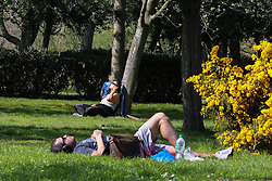 © Licensed to London News Pictures. 10/04/2020. London, UK. Members of public enjoy the warm and sunny weather in Finsbury Park, north London during the outbreak of the COVID-19 virus. The government has urged Britons not to go out during the Easter holiday weekend despite the warm weather, to reduce the spread of coronavirus. Britain's coronavirus death rate goes up by 953 to 8,931. Photo credit: Dinendra Haria/LNP