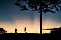Por do sol na Serra da Boa Vista. Rancho Queimado, Santa Catarina, Brasil. / Silhouette of two men at sunset in Serra da Boa Vista. Rancho Queimado, Santa Catarina, Brazil.