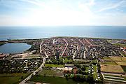 Nederland, Zeeland, Walcheren, 12-06-2009; Westkapelle gezien in de richting van de Noordzee en beschermt door de Westkappelsche Zeedijk. De Westkapelsche Kreek (midden links) is het restant van de dijkdoorbraken ten gevolge van het geallieerde bombardement in 1944.In de voorgrond de vuurtoren het Hoge licht of Zuiderhoofd (Westkapelle Hoog)..Swart collectie, luchtfoto (25 procent toeslag); Swart Collection, aerial photo (additional fee required).foto Siebe Swart / photo Siebe Swart