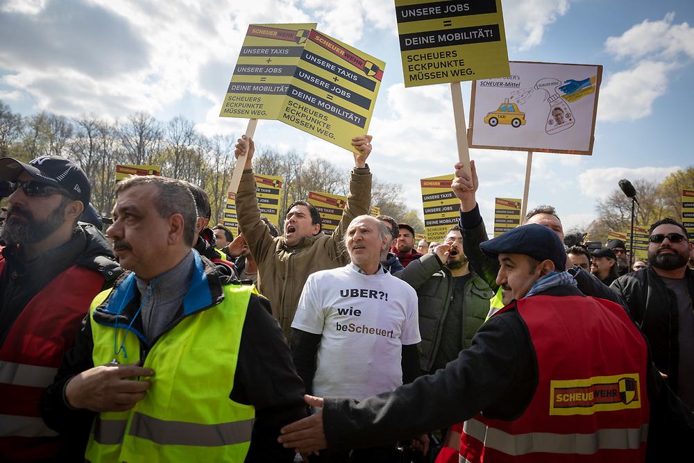 Mehrere tausend Taxifahrer protestieren mit einer Sternfahrt durch Berlin und einer Protestkundgebung am Brandenburger Tor gegen eine geplante Novelle des Personenbeförderungsgesetzes. Der  Bundesverband Taxi und Mietwagen hat zu dem deutschlandweite Aktionstag aufgerufen. Die Demonstranten kritisieren Liberalisierungspläne von Verkehrsminister A n d r e a s  S c h e u e r, da sie befürchten dass für Mobilitätsdienstleiser wie Uber oder Moia weniger gesetzliche Auflagen als für die Taxibranche gelten. <br /> <br /> [© Christian Mang - Veroeffentlichung nur gg. Honorar (zzgl. MwSt.), Urhebervermerk und Beleg. Nur für redaktionelle Nutzung - Publication only with licence fee payment, copyright notice and voucher copy. For editorial use only - No model release. No property release. Kontakt: mail@christianmang.com.]